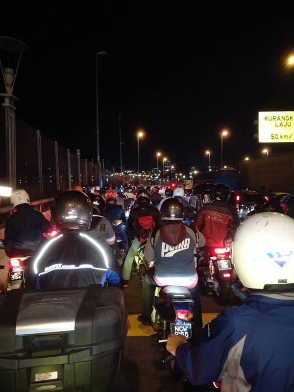 新加坡關卡凌晨展開嚴檢行動,導致新山兀蘭關卡出現長長車龍,引起越堤工作者怨聲載道。