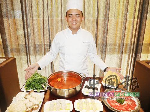 喜粵集團行政總廚周耀權師傅表示,餐廳定時從世界各國進口各種讓人眼花繚亂的生猛海鮮。
