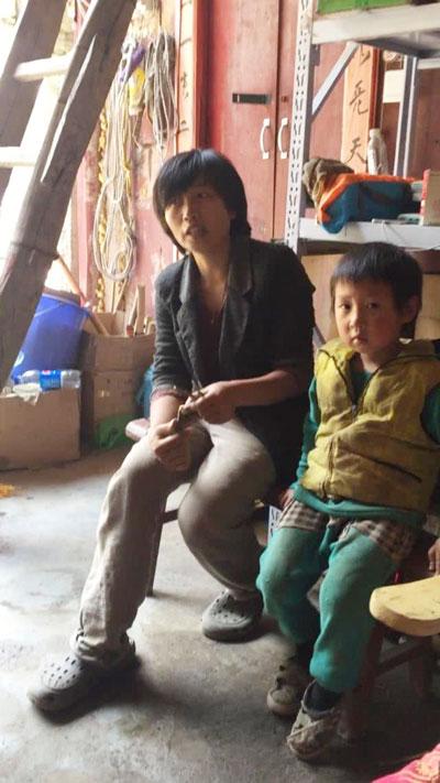 男孩與母親吳小妹在終南山庫峪興隆宮接受訪問。