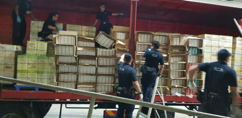 移民與關卡局人員從羅厘上,起獲約5000條漏稅煙。(移民與關卡局提供)