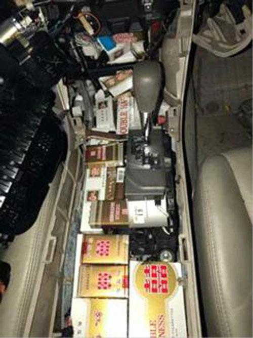當局從另一輛獅城轎車的備胎和中控台找到大批私煙。(移民與關卡局提供)