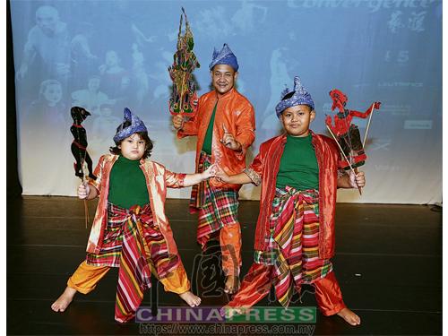 卡馬魯白沙和兩名兒子白哈祺(7歲、右)與白杜達(5歲、左)同台演出。