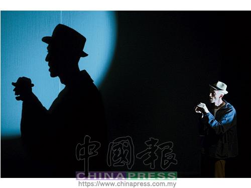 你想像過與自己的影子對話嗎?德魯科爾比在《我的影子與我》手影戲中的演出十分玩味。