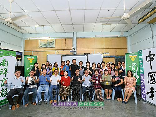 巴里文打新華學校《十大義演》工委會與協辦團體《中國報》和《南洋商報》代表。