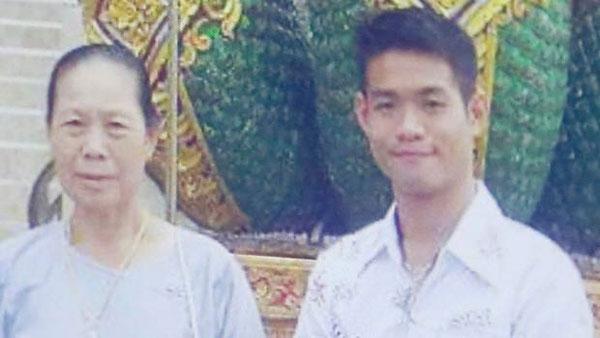 25歲的教練坤毅和祖母的合照。
