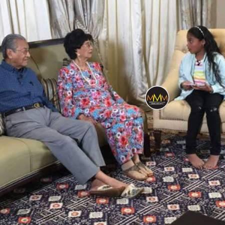 馬哈迪(左起)和西蒂哈斯瑪接受卡希嘉賽爾文(右)訪問。