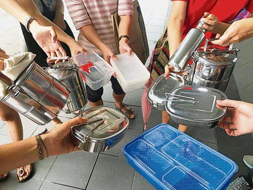 齋戒月期間,自備容器購買食物共享。
