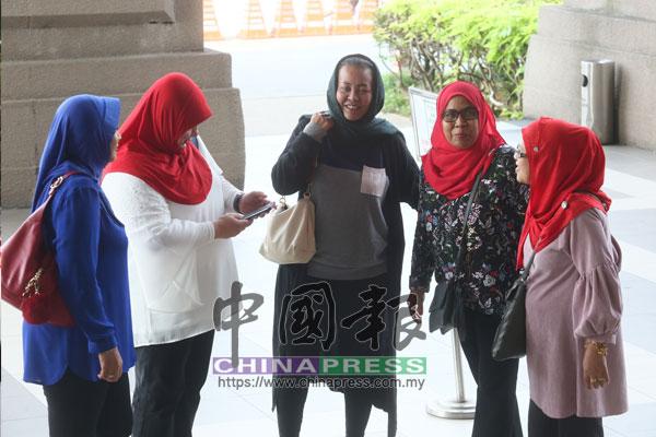 馬來女藝人愛麗蘇麗雅蒂(中)也到法庭給力納吉。