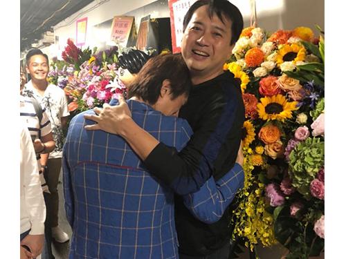 黃子華在后台抱著好兄弟林祖輝哭了起來。