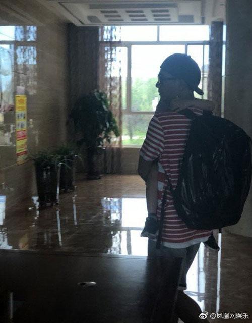 陳小春抱著Jasper進入飯店。