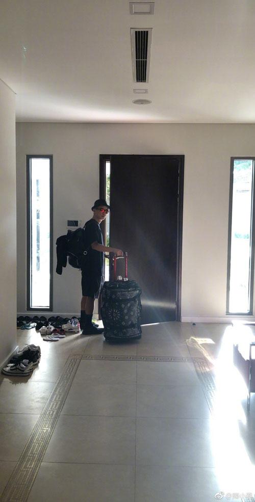 陳小春先前在微博上傳拖行李外出的照片。