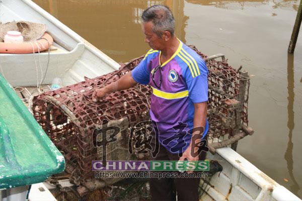 蘇亞木:漁民普遍上懷疑不明紅色物體是某種嚴重污染物。