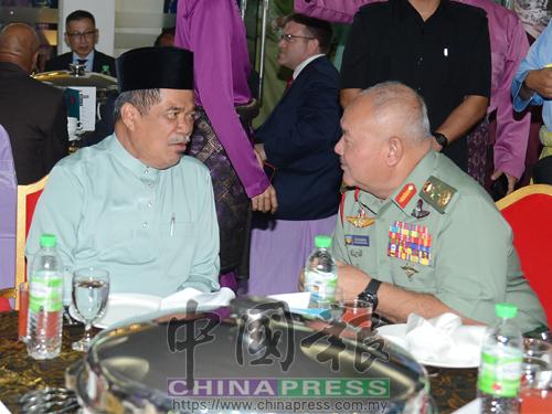莫哈末沙布(左)與祖基菲里再納阿比丁出席開齋節活動,與武裝部隊共慶佳節。