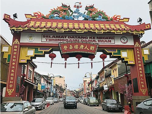 唐人街(中國城)帶有雙龍戲珠的雕刻中華風格,紅磚綠瓦極其醒目。