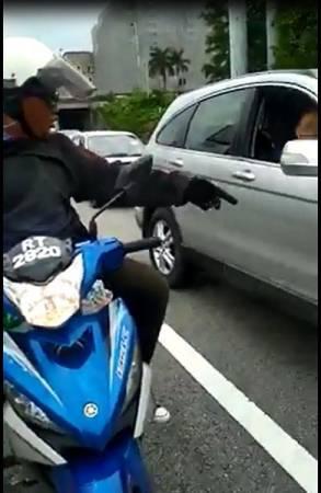 熱心騎士善意高喊老翁停止駕駛,有關視頻遭到網友瘋傳。