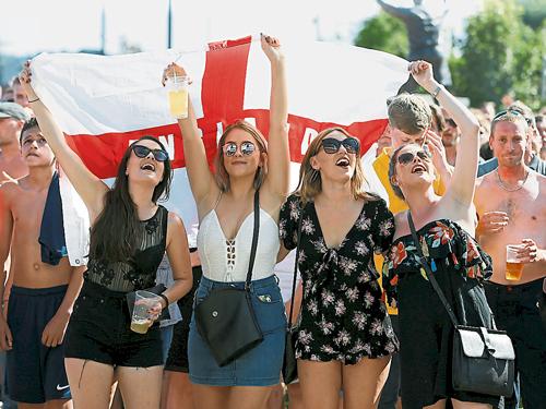 英格兰女球迷热烈为三狮军团打气。(路透社/档案照)