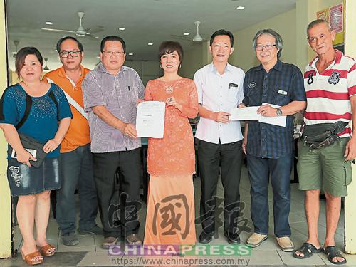 李中永(左3)和葉國安(右2)代表各自團體移交1000令吉和3990令吉給希望基金,由陳麗群(左4起)和謝琪清代為接領。