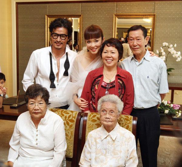 2009年9月29日,李銘順(後排左)和范文芳結婚時,與媽媽朱月雲(前排左)及祖母,與女方父母合照。(檔案照)
