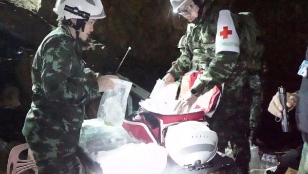 救援人員周二在準備好醫療用品,用於被抬出來的受困師生。(路透社)