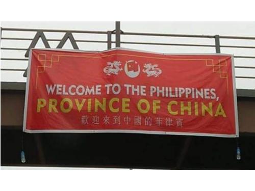 """大馬尼拉地區""""歡迎來到菲律賓,中國的一省""""紅色橫幅。"""