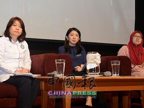楊美盈(中)向出席者講解部門未來的大方向;左起為凱特琳及依娜拉莎慕妮拉。