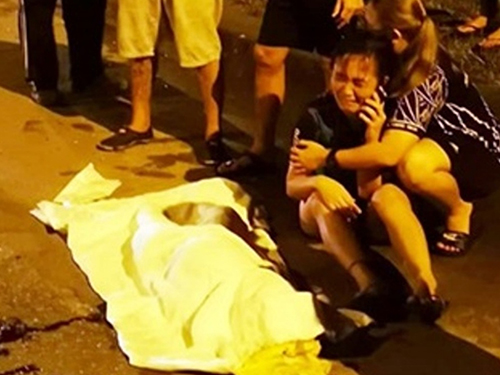 女子在車禍現場看到弟弟遺體悲慟大哭受女親屬的安慰。