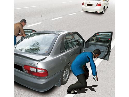 受害者下車撿錢時,另一批匪徒趁機打開其車門搶走他從銀行領出的現款。
