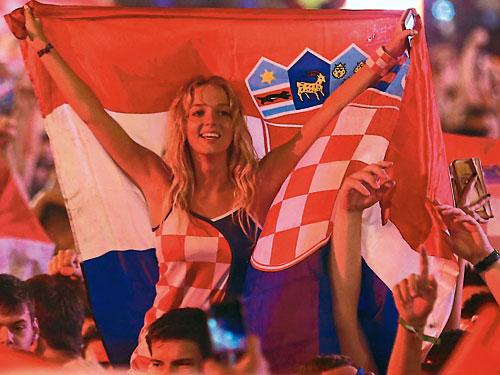 克羅地亞隊首次打入世界杯決賽,首都薩格勒布的球迷都沉浸在歡樂的海洋,盡情慶祝這個歷史時刻。(路透社)