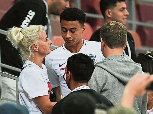 英格蘭在半決賽遺憾被克羅地亞逆轉,賽后中場大將林加德(面對鏡頭)獲得母親基斯蒂(左)安慰。(法新社)