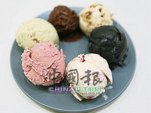 草莓冰淇淋(左)以新鮮草莓、杏仁奶、糖蜜、香蕉、海鹽和椰奶製成。靈感源自櫻桃派的櫻桃派冰淇淋(右),主要材料為腰果牛奶、椰奶、未精製甘蔗糖、香草精、冷凍櫻桃和無麩質麵粉。櫻桃的酸,很好地中和了椰奶味濃重的香甜冰淇淋。