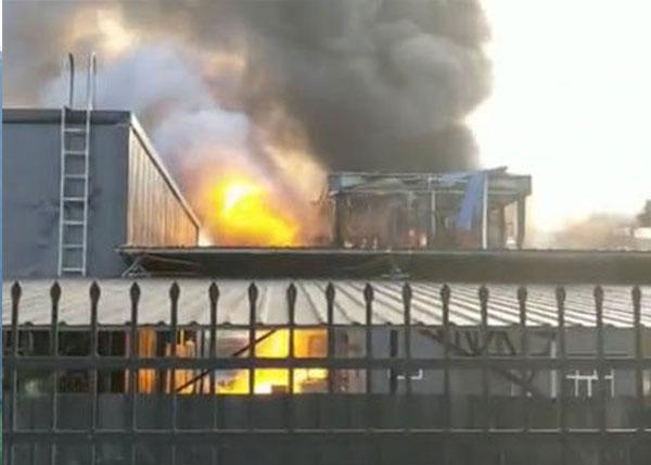 爆炸發生後廠房火光熊熊。(微博)