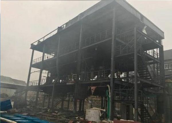 現場明火已被撲滅,惟廠房已被燒至只剩鋼架。(四川在線)