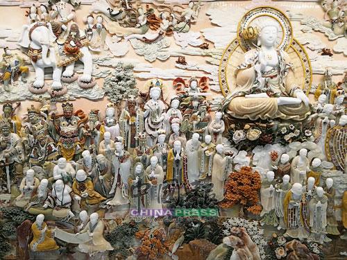 宮內的石雕高浮再現中國禪宗初代祖師達摩從南京渡江北去的─葦渡江圖。
