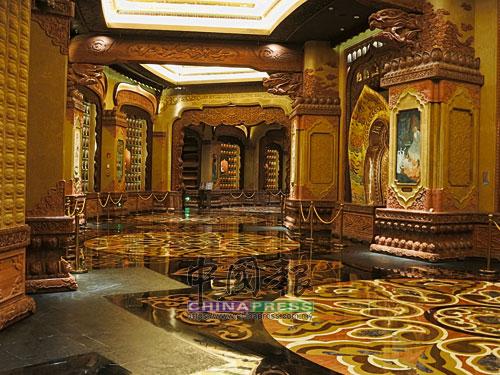 金碧輝煌的萬佛廊是一條環形的迴廊,由不同的龕牆和壁畫(有漆畫和瓷板畫)組合而成,環廊內有印度佛教文化和佛陀本生的故事。
