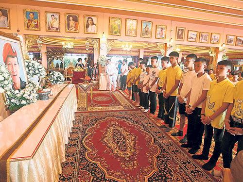 一行人完成祈福儀式后,站在沙曼的畫像前向他致敬。(美聯社)