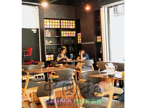 餐廳獨處角落的設計簡單而乾淨,傢具以木質桌椅為主,在盆景點綴下讓人感覺輕鬆寫意。