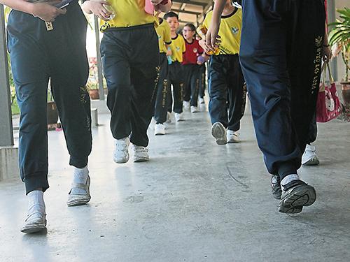 數十年來學生都穿白鞋上學,巡查員則穿黑鞋。
