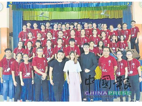 全體工委與評審團及吳志強老師大合照。