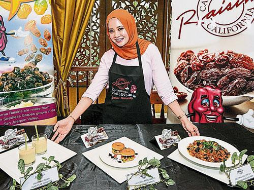 藝人Nur Affizza binti Azmi表示,忙碌的人們不再需要在健康和營養方面妥協。當人們厭倦了準備早餐或晚餐時,加州葡萄乾是迅速準備、提高能量和營養膳食的理想食材。