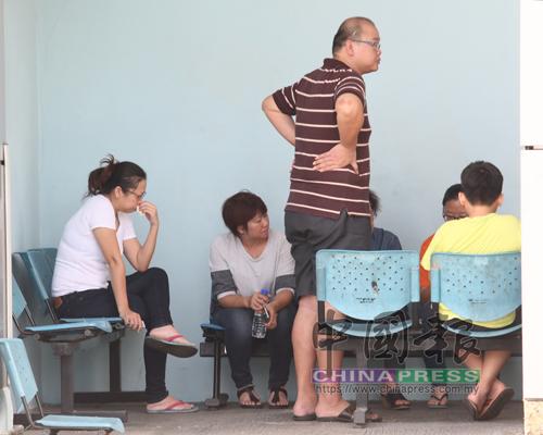 黃思志親友一早便抵達沙登醫院辦理領屍手續,他的遺孀(左)則黯然坐在一角傷心流淚。