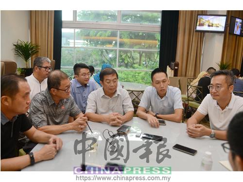 陳國偉(中)在弔唁黃田志後,向媒體發表簡短說話;左起為黃瑞林、黃思和、歐陽捍華及黎維昌。