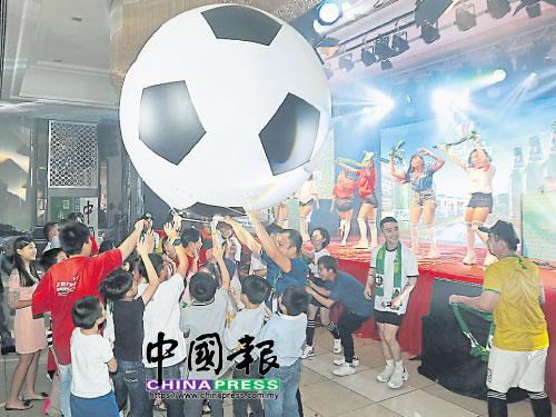 """巨型的足球氣球成功將""""十大義演""""氣氛推至最高峰,大家都非常地""""High""""。"""