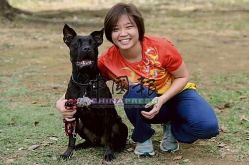 Suzy每天固定帶美國霸王犬Tyler到戶外活動。