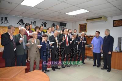 黃家泉(前排右2)主持監誓儀式。