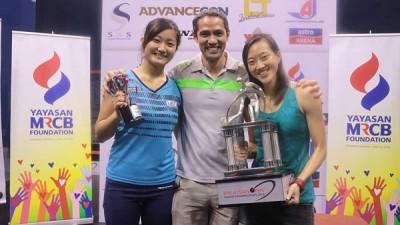 劉薇雯奪冠(右)后與教練、渡邊聰美合影。