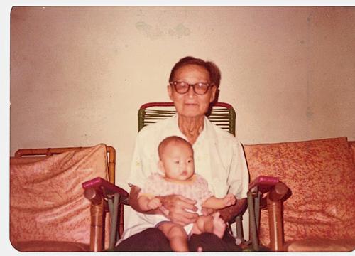 小小的林立傑被林伙抱在懷裡,這份難能可貴的祖孫情,讓長大后的他難以忘懷,一輩子都記住了。