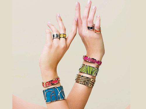 """以""""1個鏤空金屬框+1張正反兩色皮=3種搭配選擇""""為賣點的嶄新概念首飾,備受時尚追求者喜愛。"""