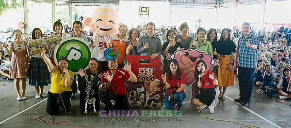 武吉波浪小學師生與嘉賓。