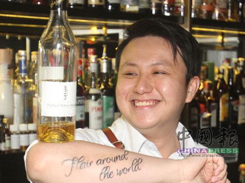 """擁有八年調酒經驗的王瑋翰,是""""Three X Co""""的股東兼酒吧雞尾酒單研發者,曾在多項國際調酒比賽得獎的他,於2017年參加Giffard西方盃,贏得世界冠軍。"""