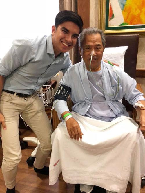 賽沙迪(左起)探望剛動完手術的慕尤丁。